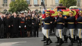 الأمير تشارلز (الأول على اليسار) كان من بين من حضروا الجنازة