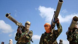 Ikọ alakatakiti Al-Shabaab gbe ibọn dani