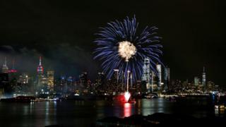 Imagen de fuegos artificiales azules con la ciudad de Nueva York de fondo.