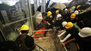 입법회 건물 문을 깨고 진입하고 있는 홍콩 강경 시위대