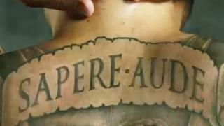 "Tatuaje que lee ""Sapere aude"", ""atrévete a saber"""