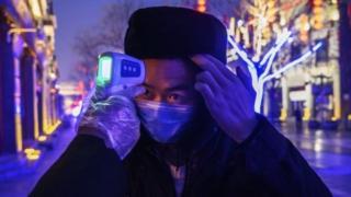 一名男子在北京检查体温