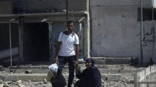 یک مرد و زن غیرنظامی در موصل