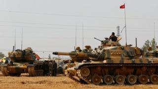 Turkish army tanks and military personnel on the Turkish-Syrian border (25 August 2016)