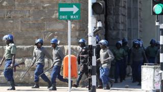 Des forces de police dans les rues de Harare à l'occasion d'une manifestation en août 2016 (illustration)