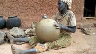 Abatwa bavuga ko inkono babumba zitagifise isoko nka kera kubera ibikoresho vya kijambere