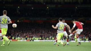 Alexis Sanchez akifunga bao la pili la Arsenal dhidi ya Fc Cologne