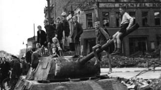 Война недавно закончилась, и берлинские дети играют среди разбомбленных зданий и подбитых танков