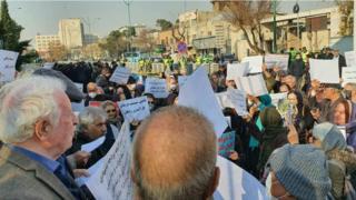 تصاویری از تجمع بازنشستگان مقابل مجلس