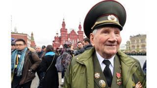 Veteranos del ejército ruso fueron vitoreados durante el desfile.