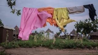 Odeća visi na sušilici u Ugandi