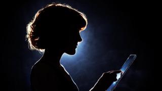 silueta femenina con tableta