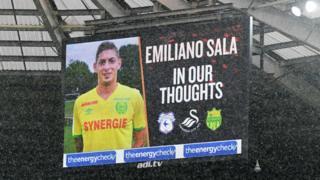 Una pantalla gigante en el estadio de Cardiff City muestra la foto de Emiliano Sala