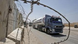 منتقدان می گویند اسرائیل با بستن این گذرگاه همه مردم غزه را به طور دسته جمعی مجازات می کند