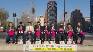 Intervención urbana de los Hombres Tejedores en Santiago de Chile