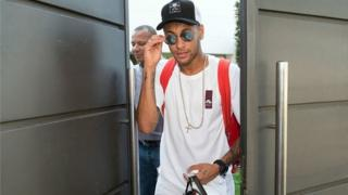 L'avion le transportant Neymar s'est posé à l'aéroport du Bourget, et le footballeur brésilien est monté dans une voiture qui a pris la direction de la capitale.