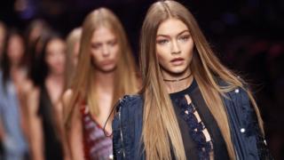Arxiv. model Gigi Hadid Milan Moda Həftəsində keçirilən podium tədbirində iştirak edir