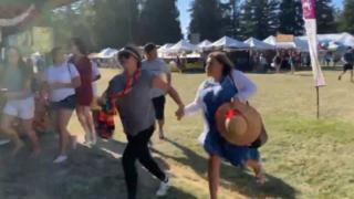 Gente corriendo en el Festival del Ajo de Gilroy.