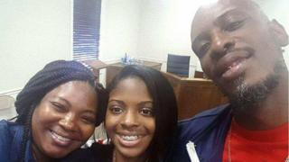 Kamiyah Mobley/Lexis Manigo com os pais biológicos, Shanara Mobley e Craig Aiken