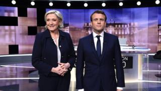 إيمانويل ماكرون و مارين لوبن قبيل بدء مناظرتهما التلفزيونية الأخيرة