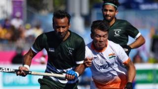 હૉકી રમતા ભારત પાકિસ્તાનના ખેલાડીઓ