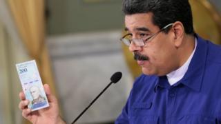 """Мадуро показал народу """"суверенный боливар"""""""