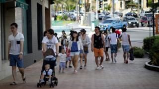 游客在关岛街上行走