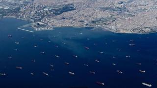 ช่องแคบบอสฟอรัสซึ่งติดกับกรุงอิสตันบูลของตุรกีมีเรือเดินสมุทรสัญจรไปมาอย่างคับคั่ง