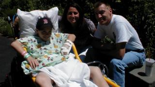 Люк Масела с родителями через месяц после операции по пересадке искусственного мочевого пузыря. 2001 год.