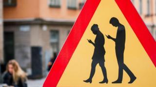 走路低头看手机