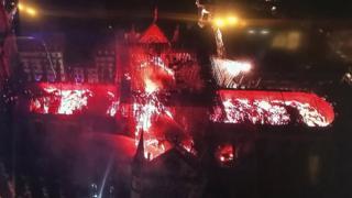 Toma aérea del techo de la catedral quemándose.