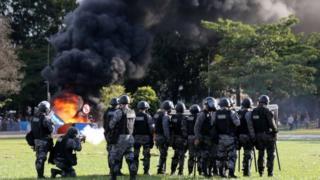 Демонстранттарды таратуу үчүн полиция көздөн жаш агызган газ колдонду.