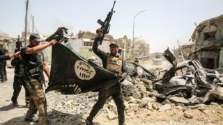 Yihadistas con la bandera del Estado Islámico.