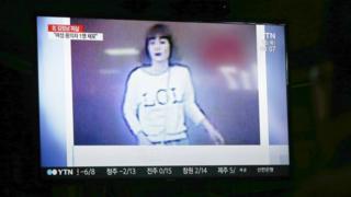 Televisi Korea Selatan menampilkan gambar sang gadis berkaus 'LOL' yang diduga terlibat dalam pembunuhan kakak tiri pemimpin Korea Utara.