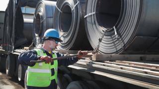 Hombre trabajando en la industria del acero y el aluminio