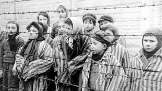 کودکانی که از اردوگاههای مرگ جان سالم به در بردند در سال ۱۹۴۵