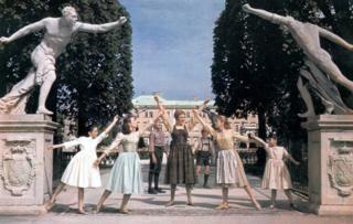 """Una escena de """"La novicia rebelde"""" (1965) donde se ve a Heather Menzies-Urich (segunda desde la derecha) junto a Julie Andrews. (Foto: Ronald Grant Archive)"""