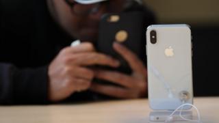 아이폰 출시 10주년을 기념해 내놓은 '아이폰X'는 11월 판매가 시작됐다