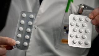 Le personnel médical présente le 26 février 2020 à l'Institut d'Infection IHU Méditerranée à Marseille, des sachets de Nivaquine, des comprimés contenant de la chloroquine