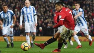 Kiungo wa kati wa Man United Alexi Sanchez akifunga mkwaju wa penalti