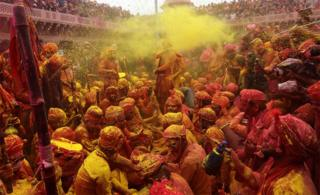 in_pictures Hindu men covered with coloured powder
