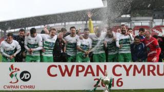 Y Seintiau'n dathlu curo Cwpan Cymru yn 2016