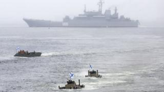 """Большой десантный корабль """"Пересвет"""" на параде во Владивостоке."""