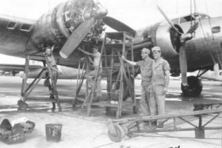 Los soldados trabajando en un avión en la base aérea de Boca Ratón (Foto: cortesía del Boca Raton Historical Society and Museum)