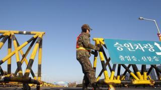 Солдат Південної Кореї встановлює барикади на дорозі, що з'єднує Південну і Північну Корею неподалік демілітаризованої зони