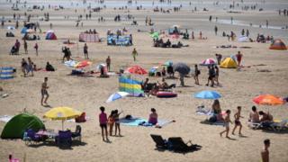 люди на пляже, июль