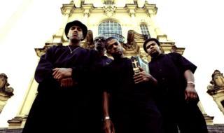 Racionais MC's, em foto do álbum Sobrevivendo no Inferno