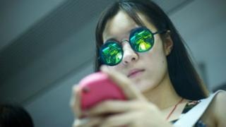 स्मार्ट फोन वापरणारी मुलगी