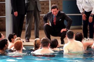 Em 1991, ele visitou um grupo de jovens desempregados que participavam de um programa de assistência social; na foto, ele aparece sorrindo para os jovens que estão dentro de uma piscina