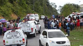 Famílias de internos observam chegada da polícia do lado de fora da unidade